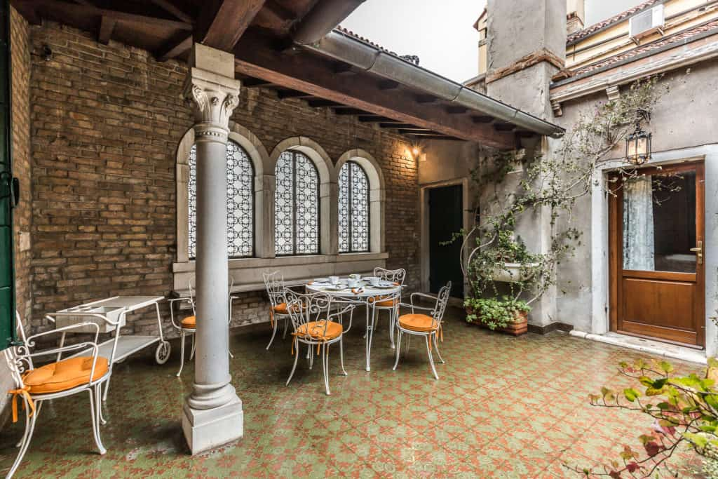 Semi-covered terrace with antique windows and columns - Ca' Affresco 2 Apartment
