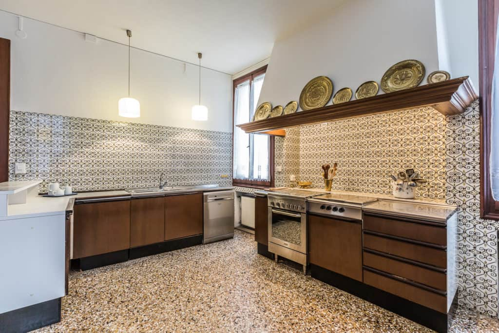 Left view of the large vintage styled kitchen - Ca' Affresco 2 Apartment