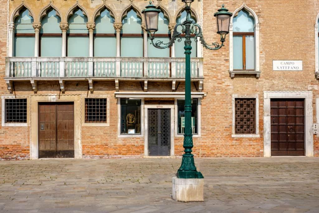 External facade and lamp - Ca' Affresco 1 Apartment