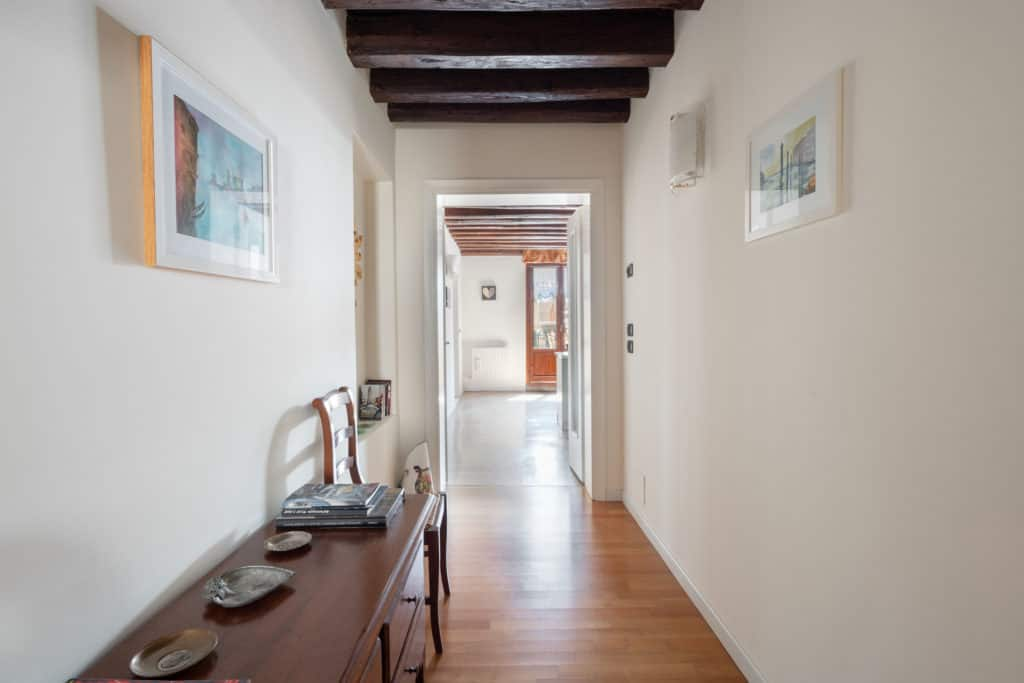 Luminous entrance hallway with exposed beams - Ca' Coriandolo Apartment
