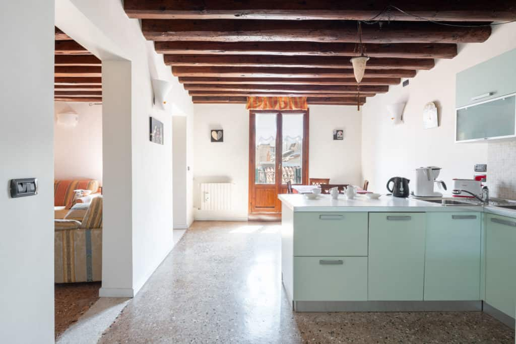 Luminous kitchen with modern furnishing and view on the terrace - Ca' Coriandolo Apartment