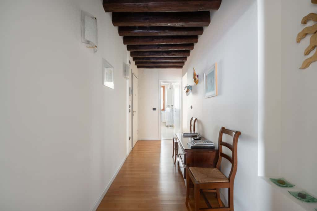 Main entrance hallway with antique chair - Ca' Coriandolo Apartment