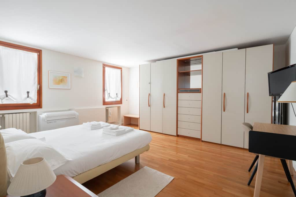 Large master bedroom with wardrobe - Ca' Coriandolo Apartment