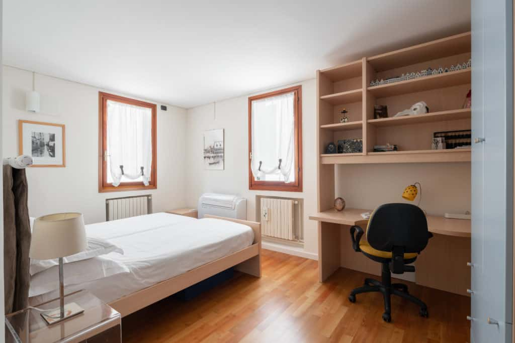 Luminous double bedroom with small desk - Ca' Coriandolo Apartment