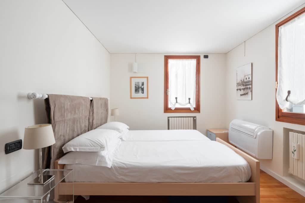 Left view of the luminous double bedroom with small desk - Ca' Coriandolo Apartment