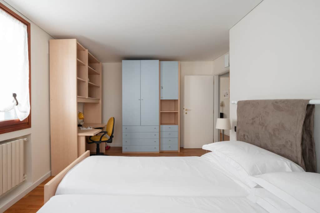 Right view of the luminous double bedroom with small desk - Ca' Coriandolo Apartment