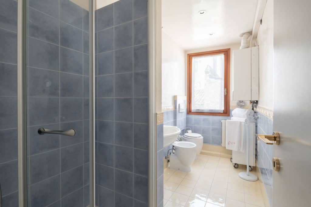 Luminous large bathroom with shower - Ca' Coriandolo Apartment