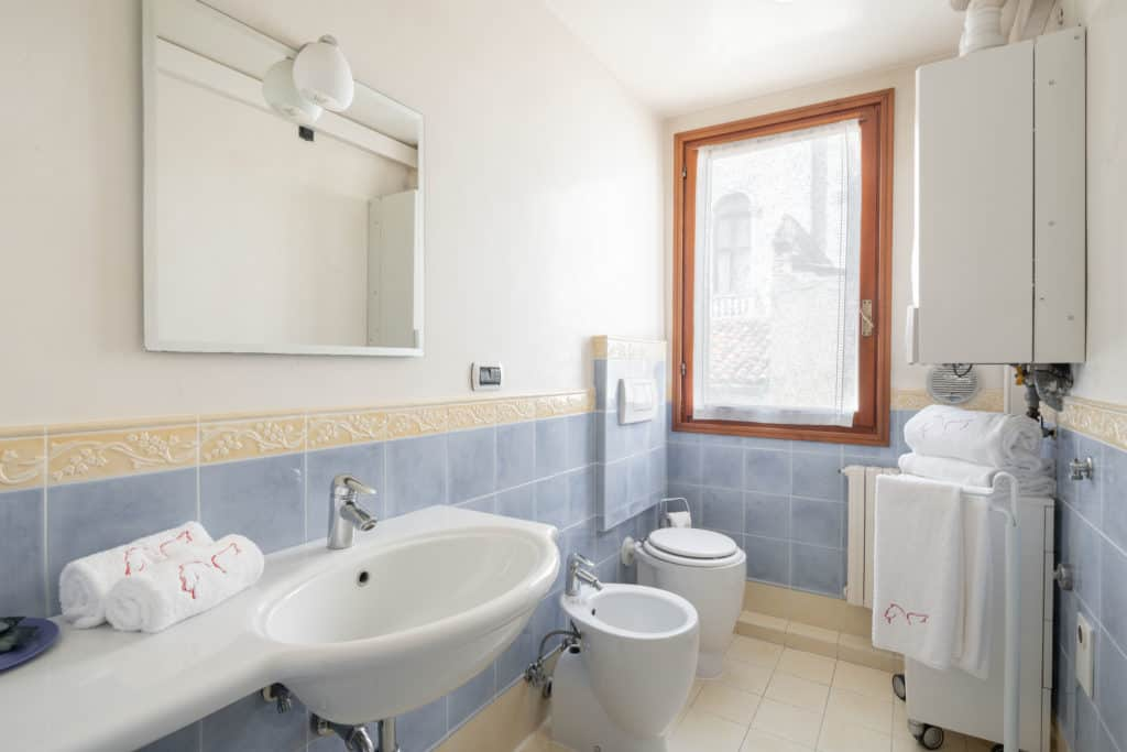 Right view of the luminous large bathroom with shower - Ca' Coriandolo Apartment