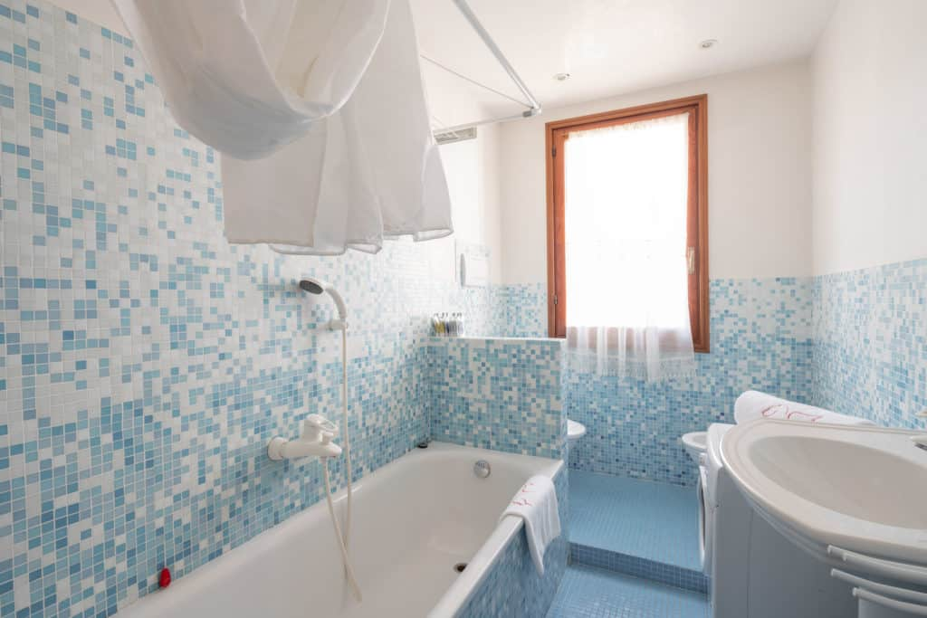 Left view of the large bathroom with bathtub - Ca' Coriandolo Apartment