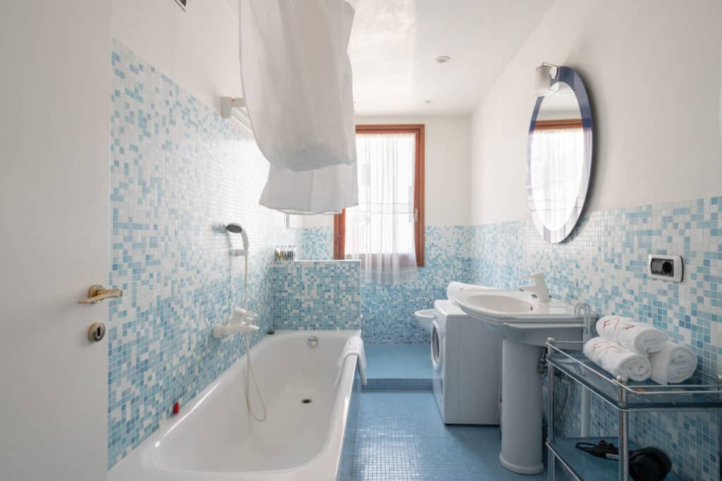 Large bathroom with bathtub - Ca' Coriandolo Apartment