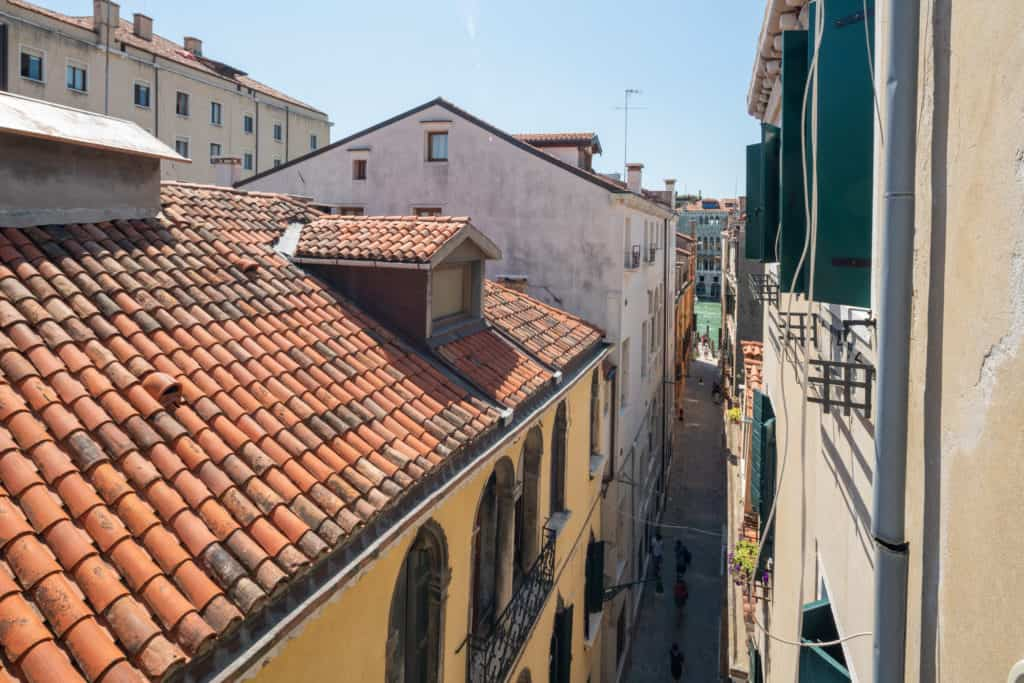 Right view of the Venetian roofs from the window - Ca' Coriandolo Apartment