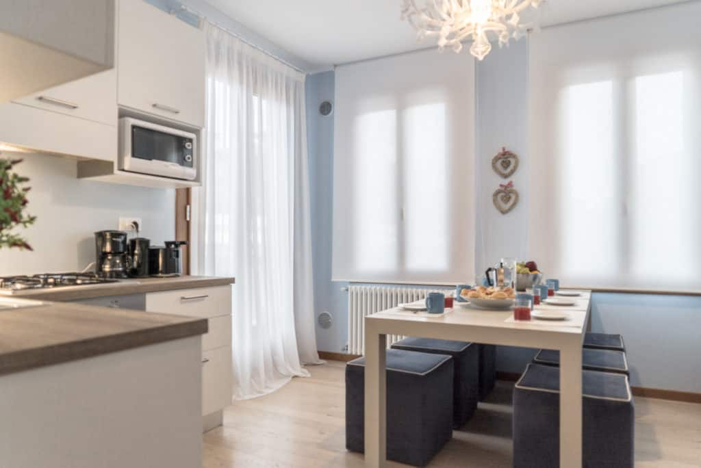 Small kitchen with large dining table - Ca' del Capitano Apartment