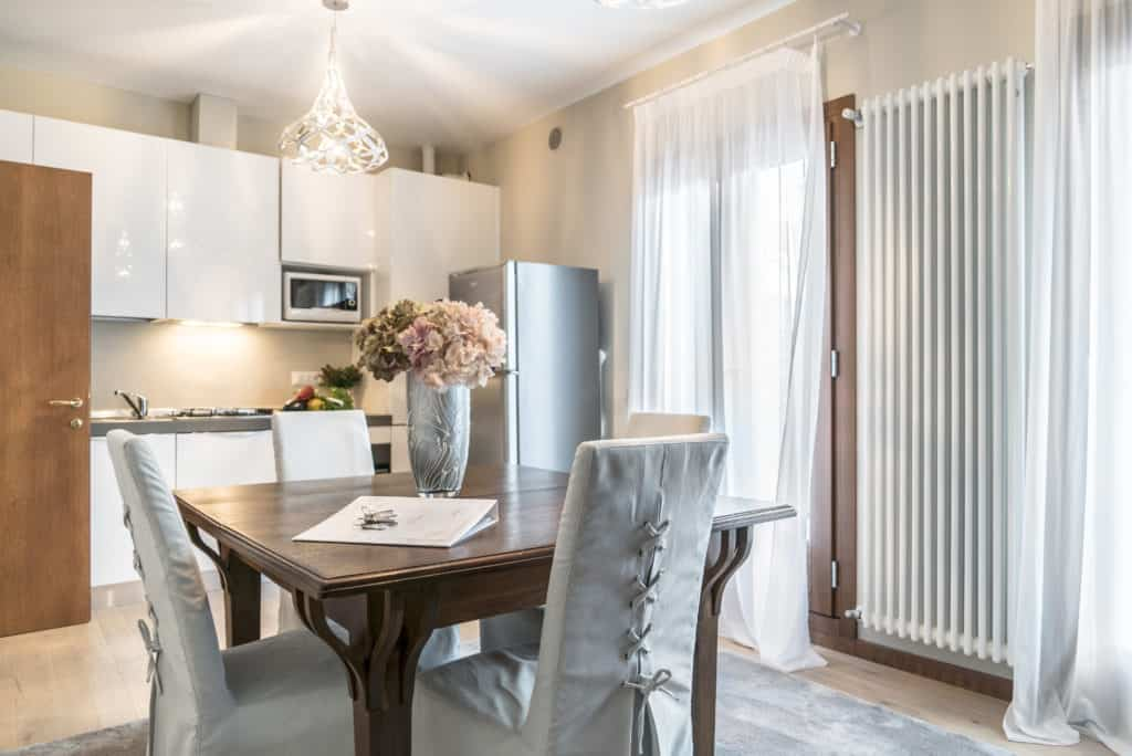 Left view of the luminous kitchen and dining room with antique furnishing - Ca' dell'Architetto Apartment