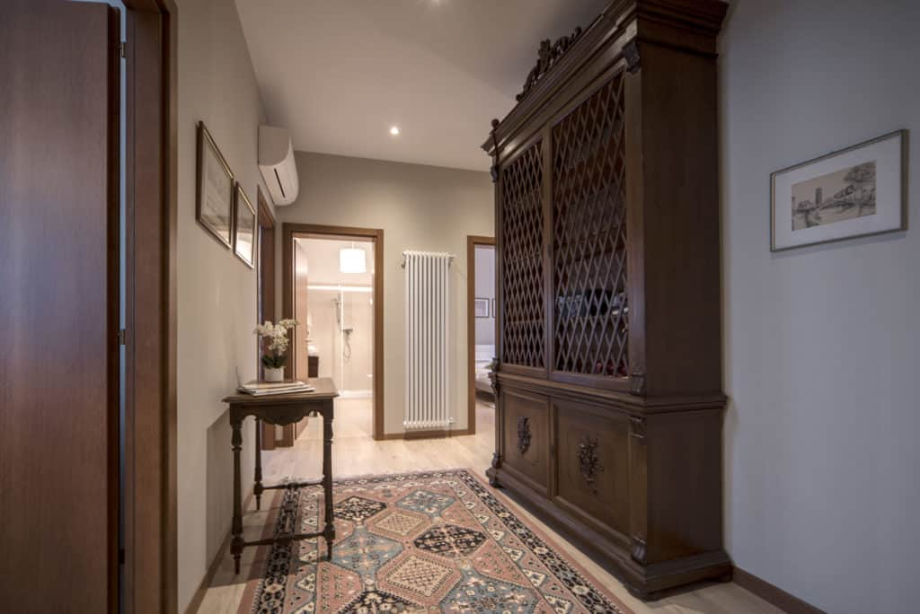 Hallway with antique furnishing - Ca' dell'Architetto Apartment