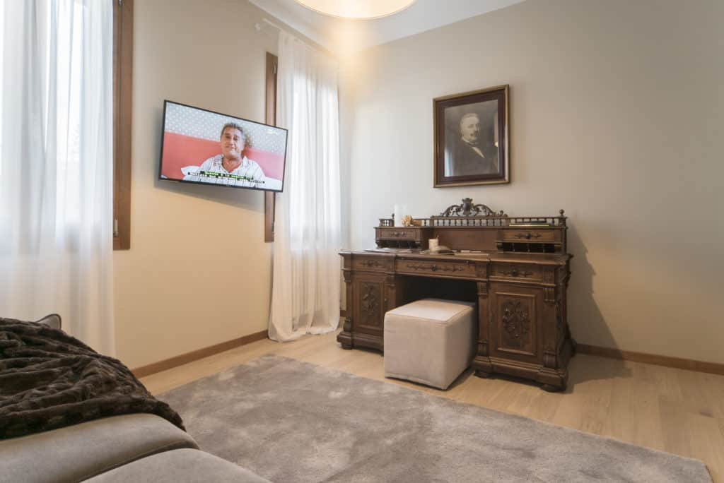Right view of the small living room with tv and antique desk - Ca' dell'Architetto Apartment