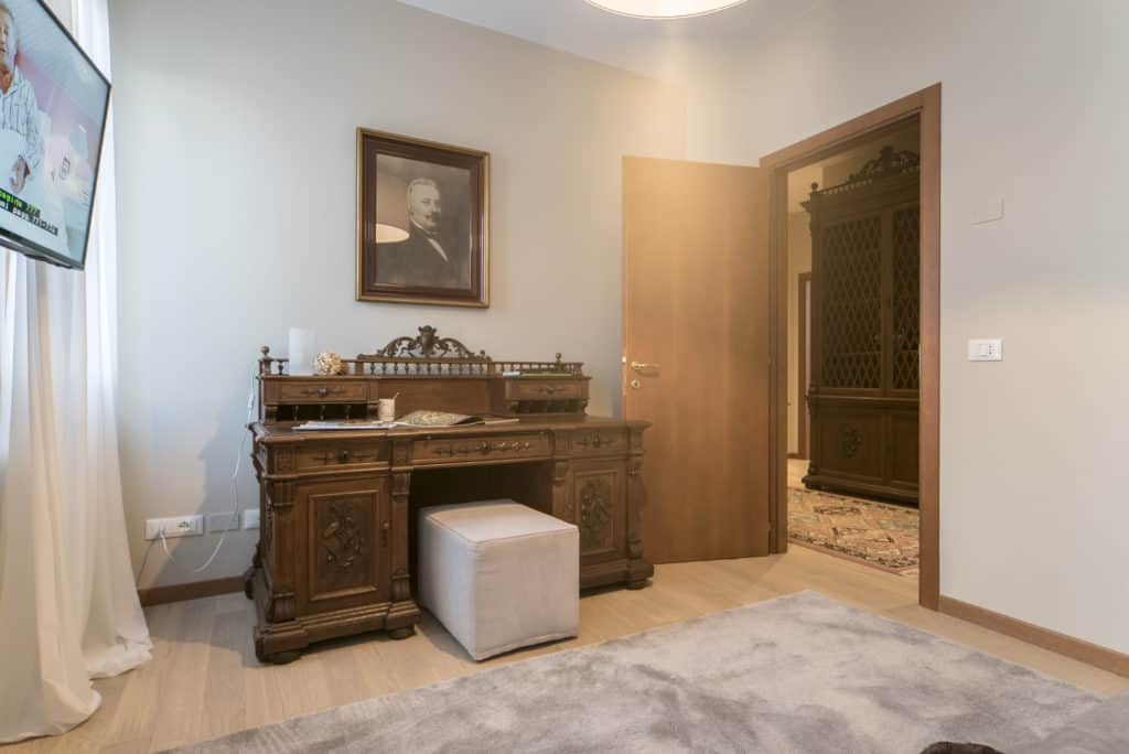 Left view of the small living room with tv and antique desk - Ca' dell'Architetto Apartment