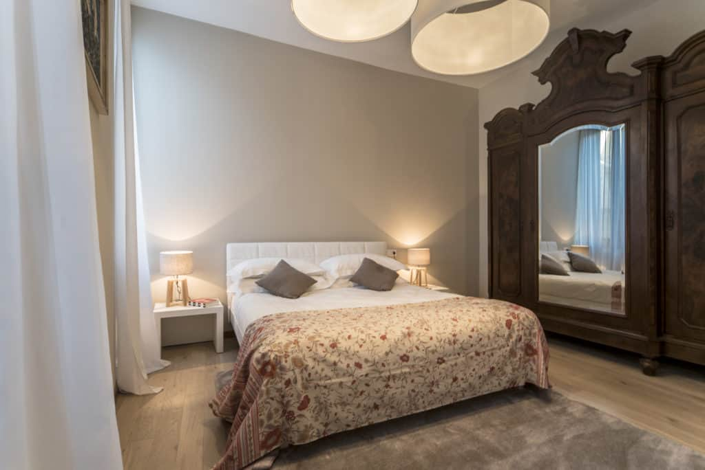 RIght view of the luminous master bedroom with vintage wardrobe - Ca' dell'Architetto Apartment