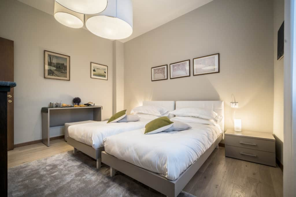 Left view of the luminous double bedroom with modern furnishing - Ca' dell'Architetto Apartment