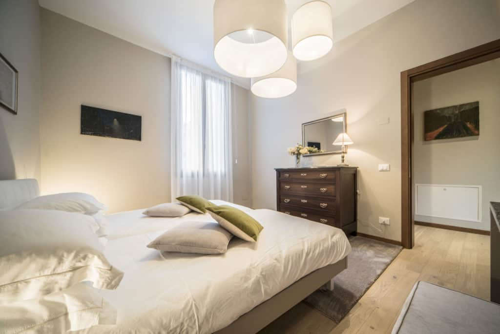 Right view of the luminous double bedroom with modern furnishing - Ca' dell'Architetto Apartment