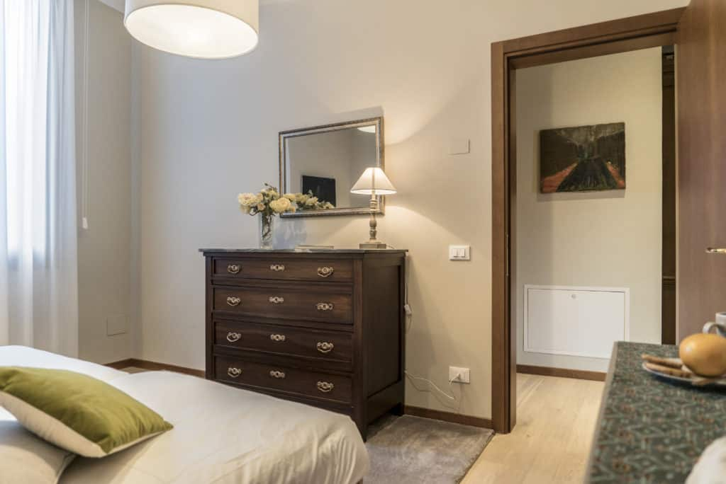 Entrance of the luminous double bedroom with cabinet - Ca' dell'Architetto Apartment