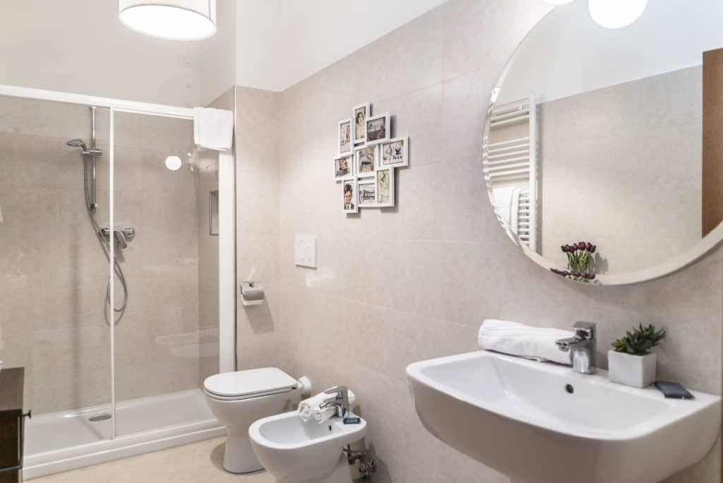 Modern bathroom with large shower - Ca' dell'Architetto Apartment