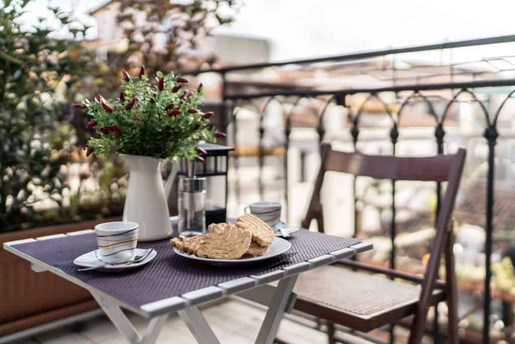 Small dining table and view on the Venetian roofs - Ca' dell'Architetto Apartment