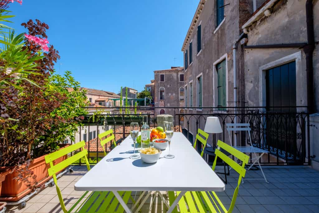 Large terrace with dining table and view on the Venetian roofs - Ca' dell'Architetto Apartment