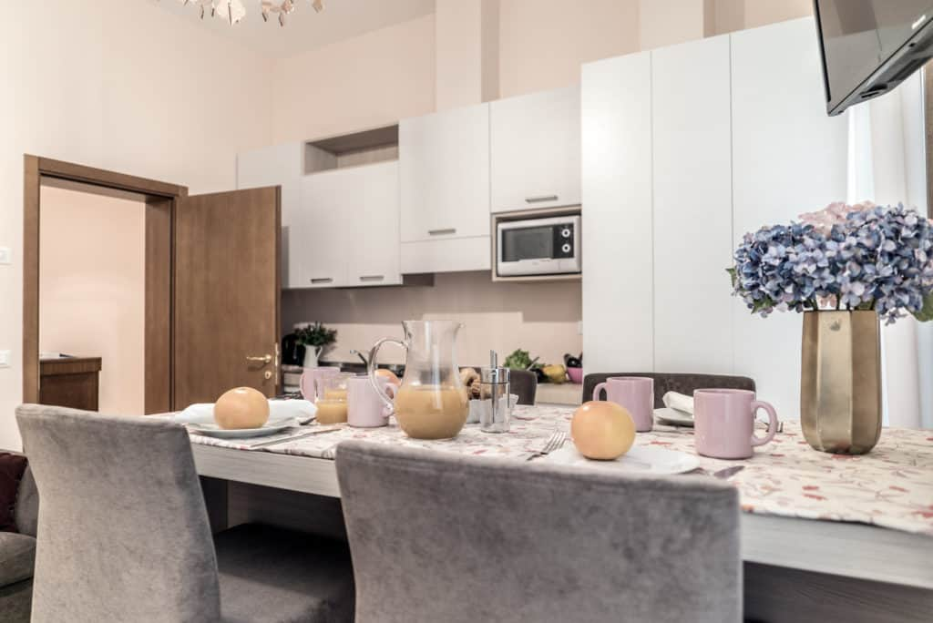 Small kitchen with large dining table - Ca' Desdemona Apartment