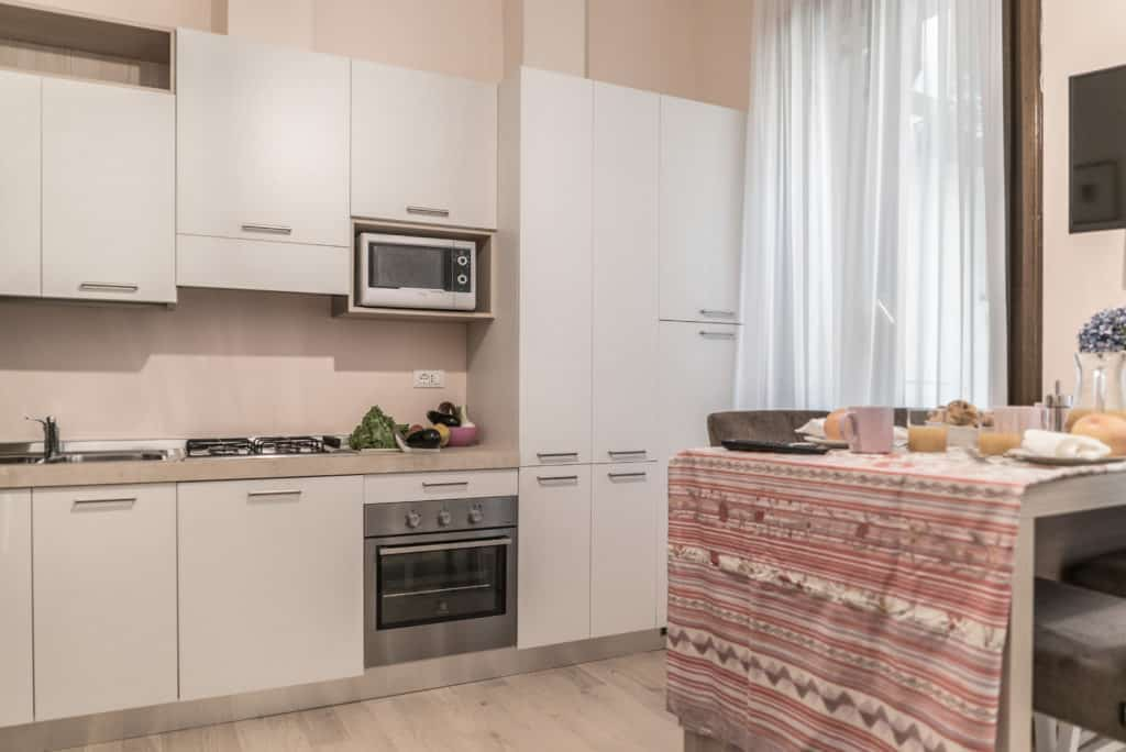 Right view of the small kitchen with large dining table - Ca' Desdemona Apartment