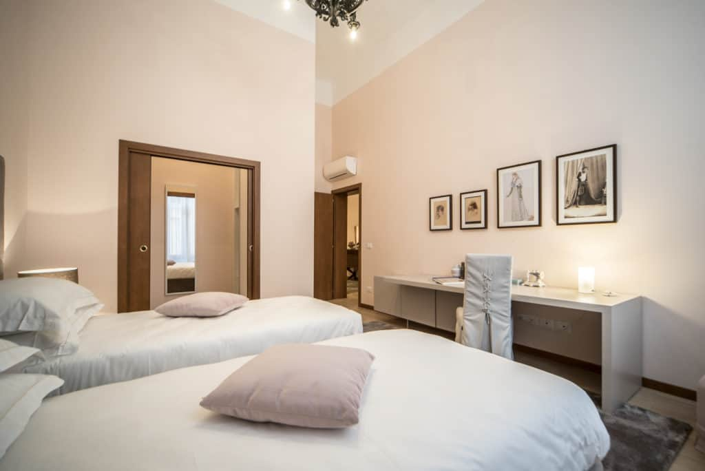 Entrance of the luminous large double bedroom with desk - Ca' Desdemona Apartment