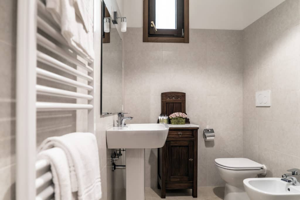 Small bathroom with vintage cabinet - Ca' Desdemona Apartment