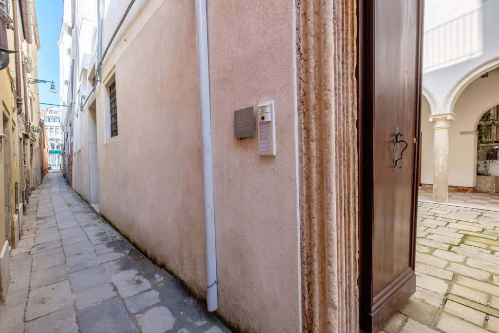 Street view with entrance on the court - Ca' Garzoni Moro - Clemente Apartment