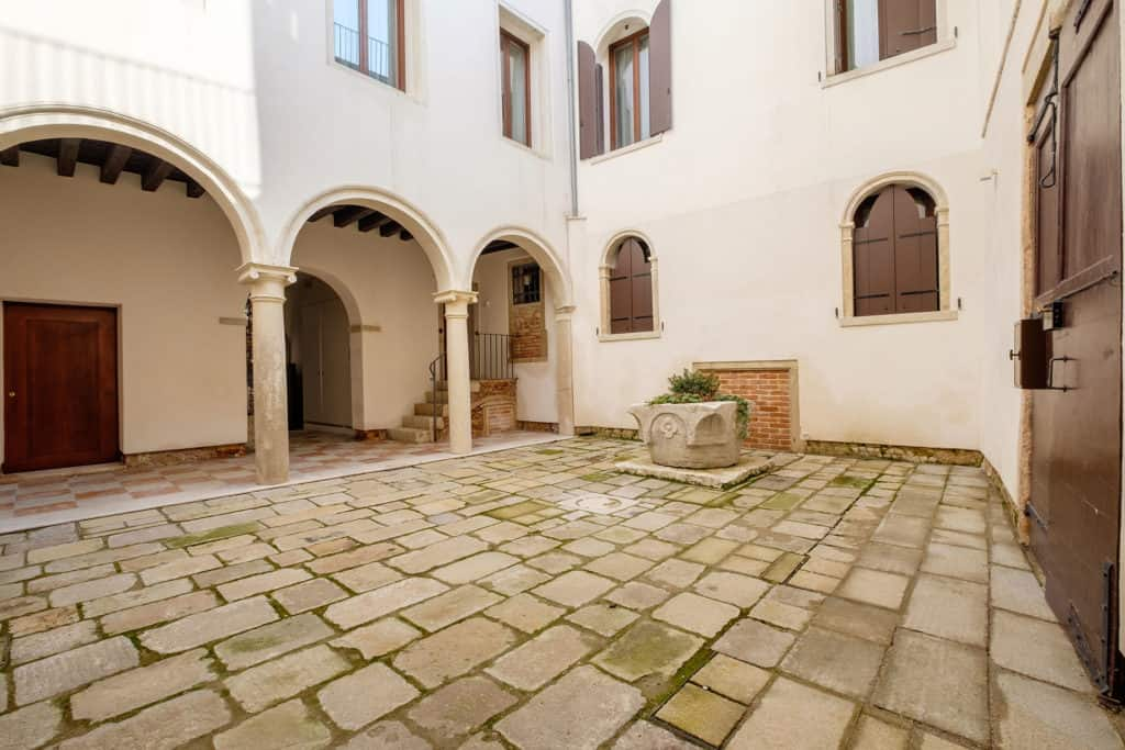 Right view of the court with antique archs with columns - Ca' Garzoni Moro - Clemente Apartment