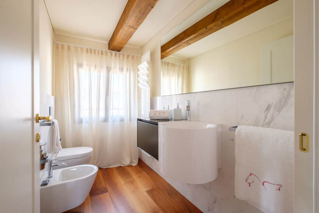 Small bathroom with modern furnishing - Ca' Garzoni Moro - Clemente Apartment