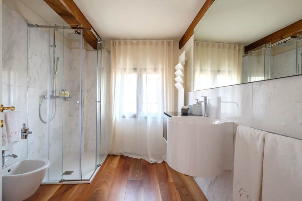 Luminous large bathroom with shower - Ca' Garzoni Moro - Clemente Apartment