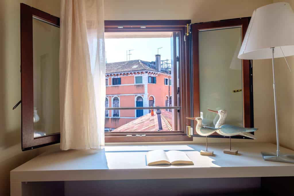 Decorations on the desk and view on Venetian roofs - Ca' Garzoni Moro - Clemente Apartment