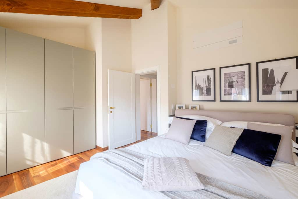 Left view of the master bedroom with wardrobe - Ca' Garzoni Moro - Clemente Apartment