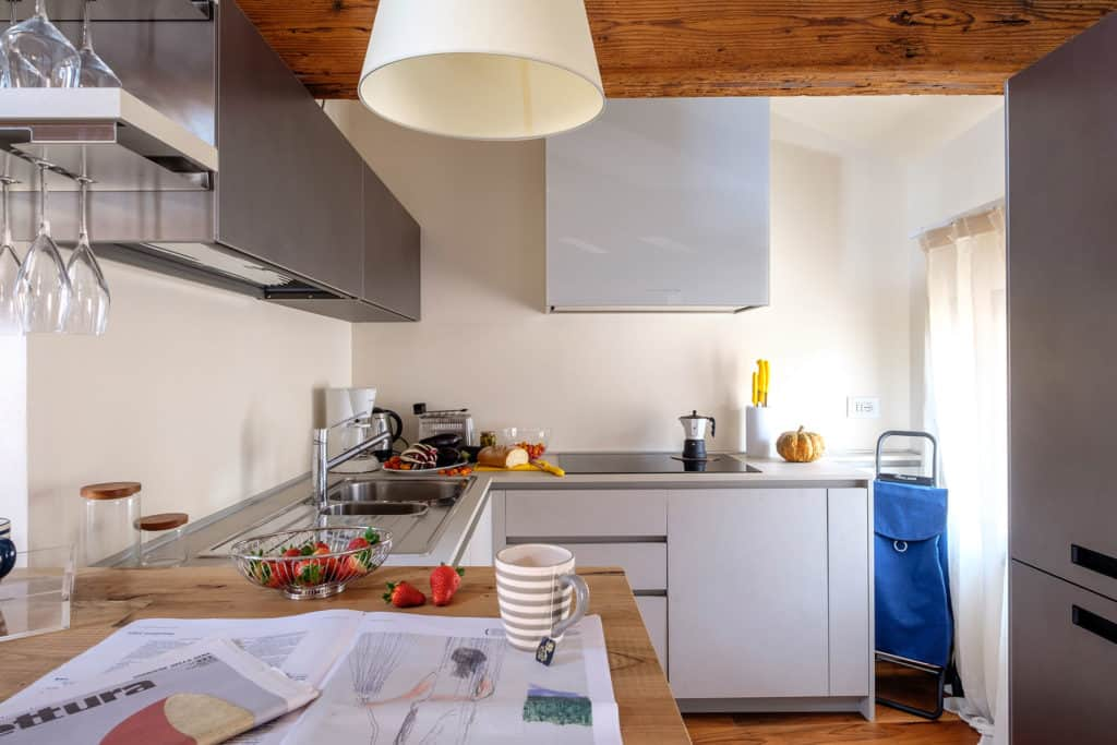 Small kitchen with modern furnishing - Ca' Garzoni Moro - Clemente Apartment