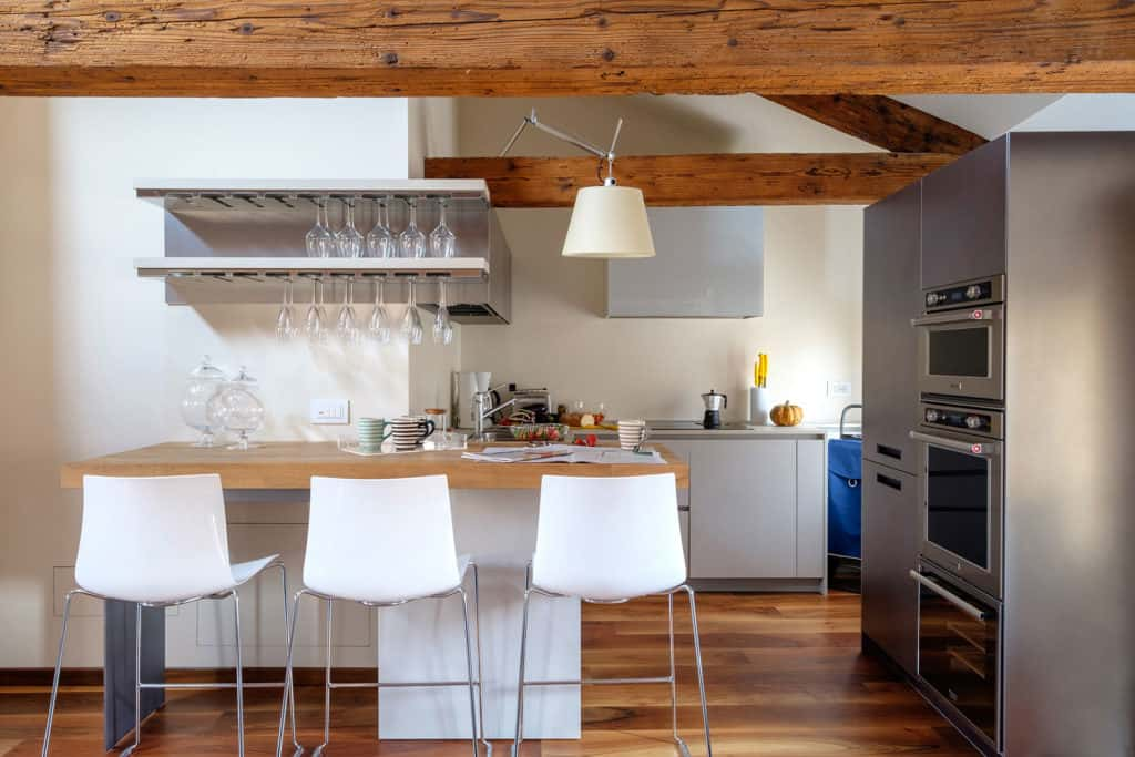 Small kitchen with wooden counter and bar stools - Ca' Garzoni Moro - Clemente Apartment