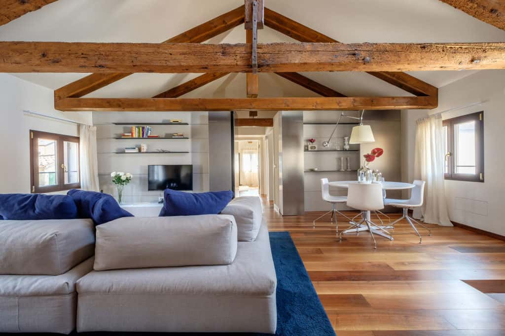 Luminous living room with small dining table and exposed beams - Ca' Garzoni Moro - Clemente Apartment