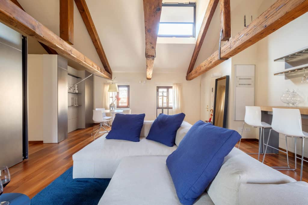 Large living room with exposed beams and skylight - Ca' Garzoni Moro - Clemente Apartment