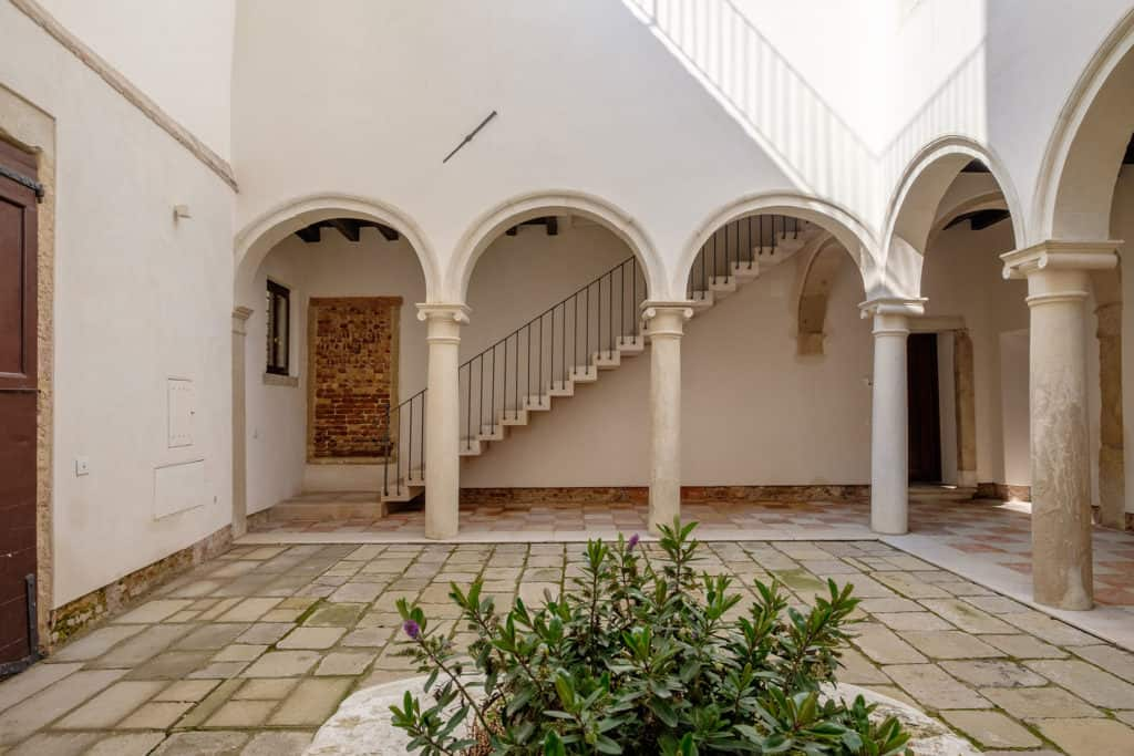 External facade with small court and antique colums - Ca' Garzoni Moro - Lido Apartment