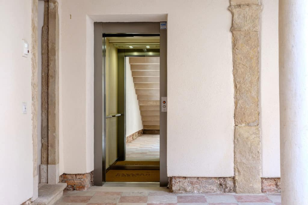 Entrance of the hallway with antique colums - Ca' Garzoni Moro - Lido Apartment