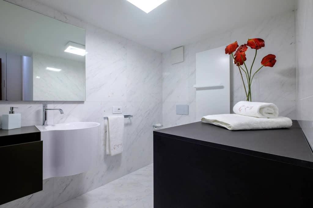 Small bathroom with modern furnishing - Ca' Garzoni Moro - Lido Apartment