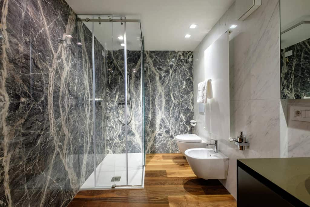Large marbled bathroom with shower - Ca' Garzoni Moro - Lido Apartment