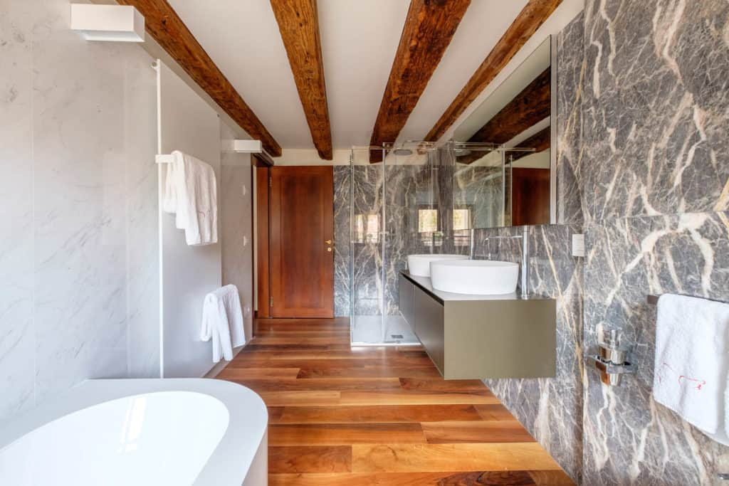 Exit door of the large marbled bathroom with bathtub - Ca' Garzoni Moro - Lido Apartment