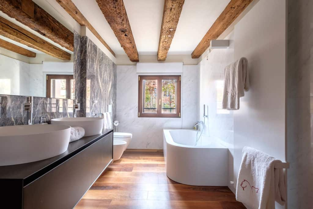 Luminous bathroom with bathtub and exposed beams - Ca' Garzoni Moro - Lido Apartment