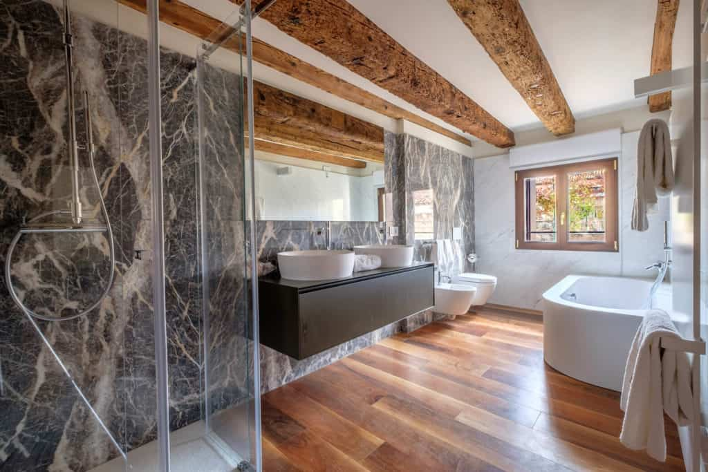 Entrance of the marbled bathroom with bathtub - Ca' Garzoni Moro - Lido Apartment