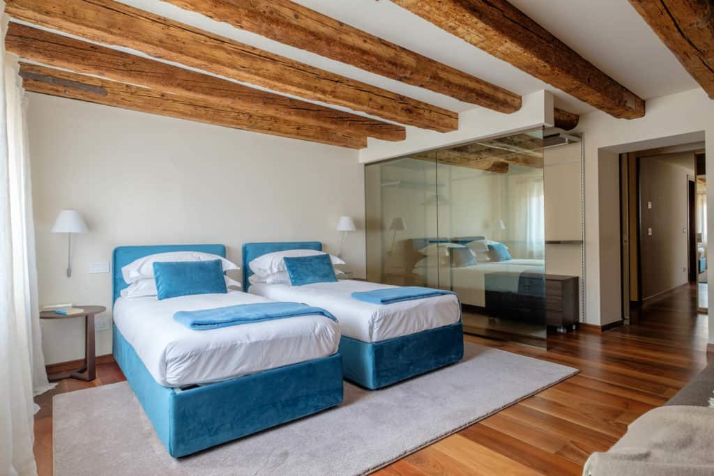 Right side of the double bedroom with transparent wardrobe - Ca' Garzoni Moro - Lido Apartment