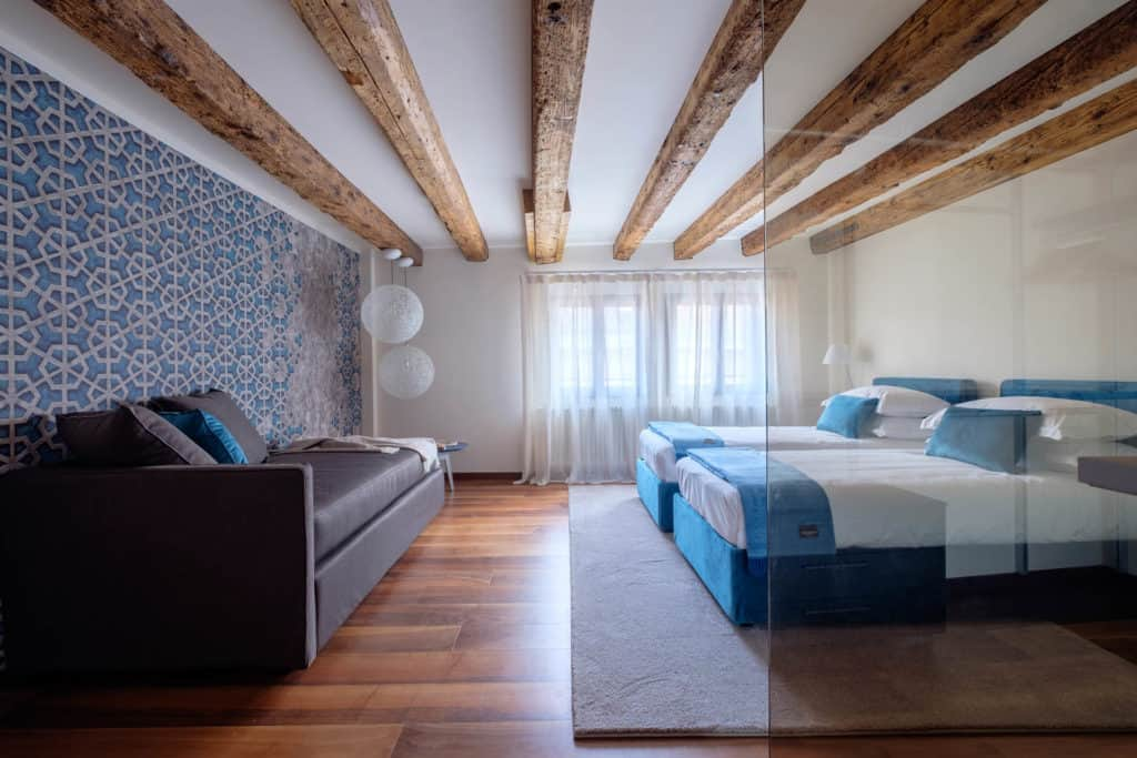 Left side of the double bedroom with large sofa - Ca' Garzoni Moro - Lido Apartment